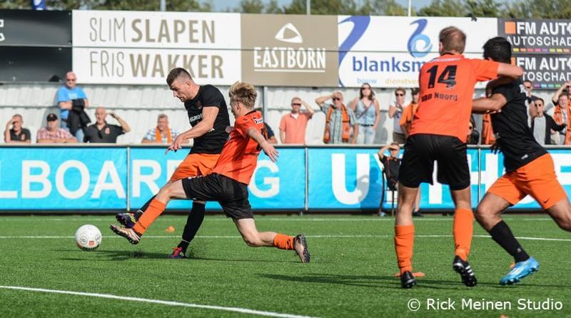 Jan Hooiveld schiet HHC Hardenberg Katwijk
